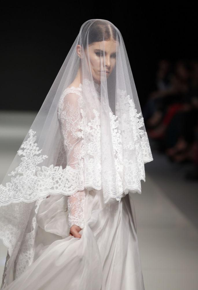 عارضة أزياء تقدّم مجموعة تصاميم أزياء للمصمم الفرنسي ساكينة خلال عرض أسبوع الموضة في بيروت، لبنان 22 أبريل/ نيسان 2017