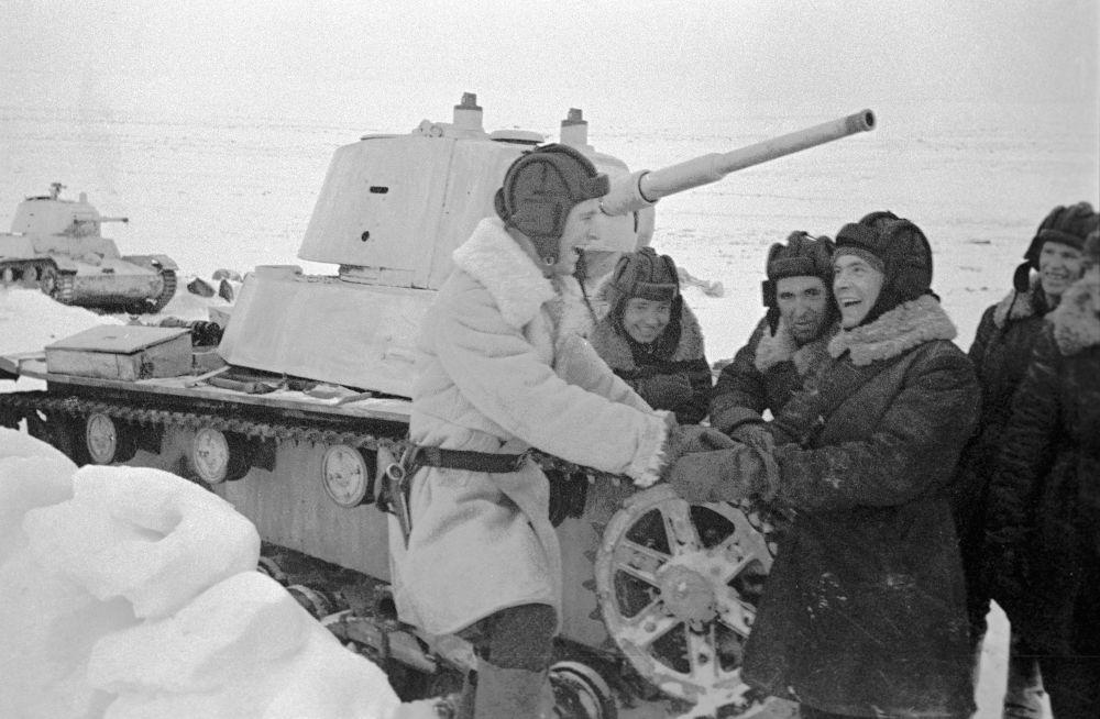 طاقم الدبابة تي-26 في نهاية الثلاثينيات القرن الماضي، لكنها مع نهاية 1941 لم تكن قادرة على مجابهة الحرب، فتم تطوير وانتاج دبابات أكثر قوة مثل تي-34 وك ف