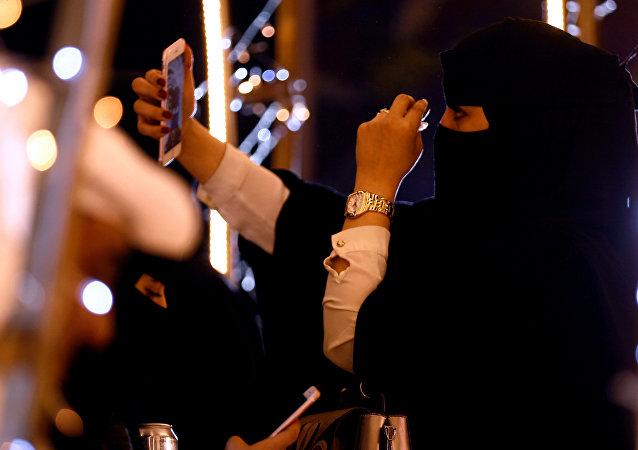 سيدة سعودية تلتقط السيلفي