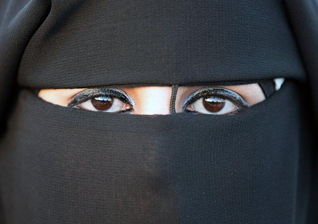إمرأة منقبة تظهر عيناها فقط