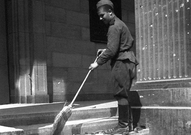 جندي روسي عند مدخل مكتب رئيس وزراء ألمانيا النازية في برلين