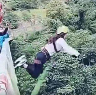 نهاية مؤلمة لفتاة بوليفية قررت ممارسة القفز عن الجسر