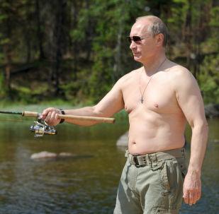 فلاديمير بوتين خلال رحلة صيد للأسماك