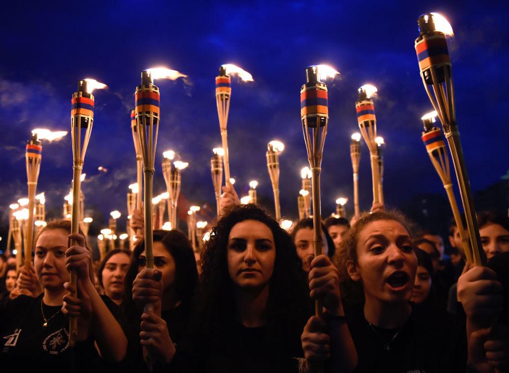 مسيرة الشعلة في العاصمة يريفان، لإحياء ذكرى الابادة الجماعية للأرمن في عهد الدولة العثمانية عام 1915، أرمينيا