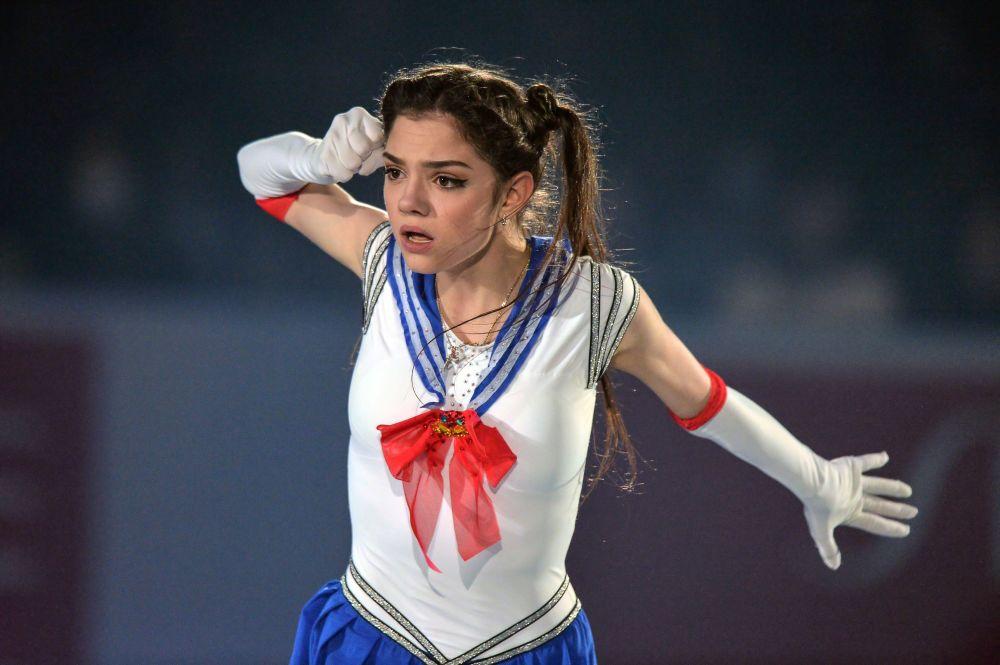 الرياضية يفغينيا مدفيديفا (روسيا) تشارك في عرض على الجليد خلال بطولة طوكيو للتزلج على الجليد