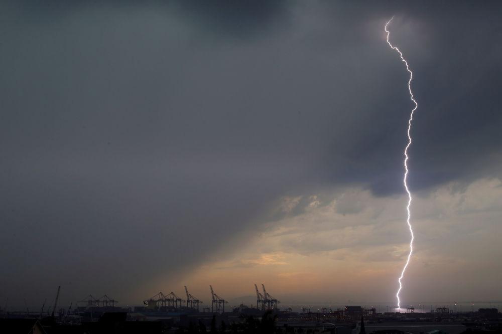 برق يضرب ميناء في كيب تاون، جنوب أفريقيا 26 أبريل/ نيسان 2017