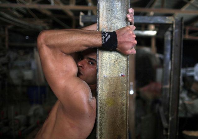 الفلسطيني محمد الحر خلال ممارسته لرياضة الباركور في مخيم النصيرات للاجئين في قطاع غزة، فلسطين 2 مايو/ آيار 2017