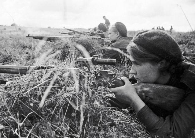 الحرب الوطنية العظمى (1941-1945) - الفوج الثالث من القناصات في الجبهة القتالية في حي كالينينسك شمال لينينغراد (سان بطرسبورغ الحالية)
