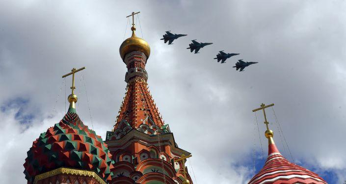 تدريبات العرض الجوي العسكري بمناسبة عيد النصر - المقاتلة الهجومية سو-34 تحلق فوق الساحة الحمراء في موسكو
