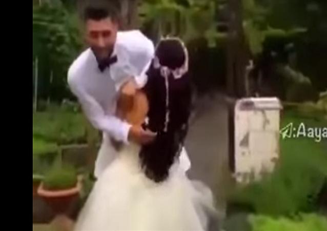 عروس تحمل عريسها في حفل الزفاف