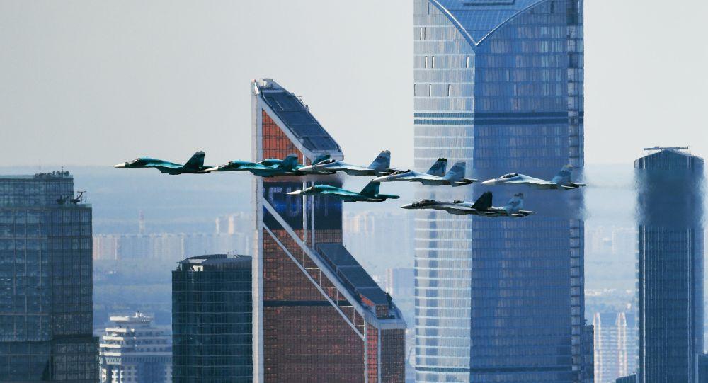 تدريبات العرض الجوي العسكري بمناسبة عيد النصر - المقاتلات سو-35 وسو-34 و سو-27 تحلق فوق الساحة الحمراء في موسكو