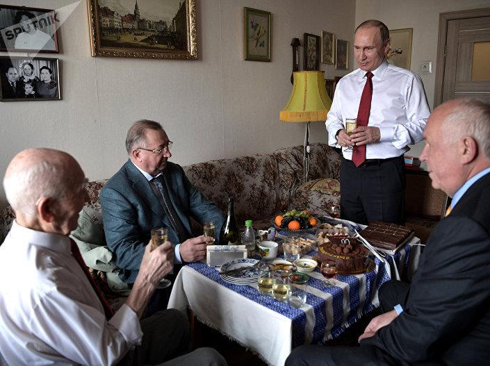 بوتين خلال زيارة لرئيسه السابق في المخابرات
