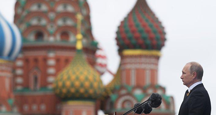 الرئيس فلاديمير بوتين يلقي كلمته أثناء العرض العسكري