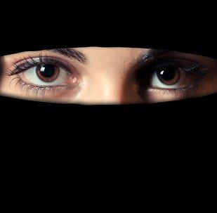 فتاة مسلمة منتقبة