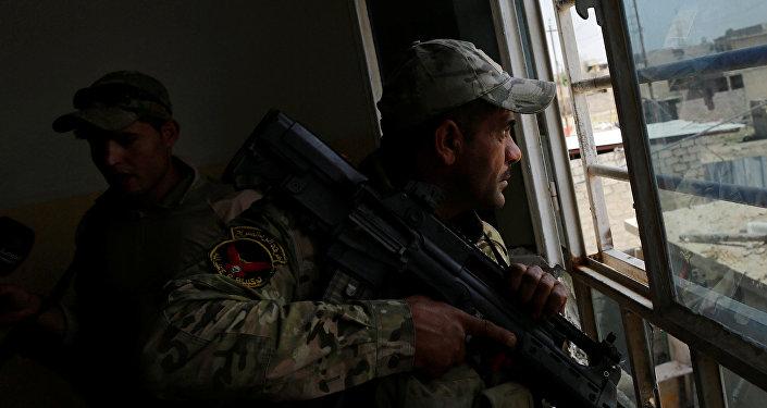 أحد أفراد قوات الرد السريع العراقية خلال اشتباكات مع داعش شمال غرب الموصل
