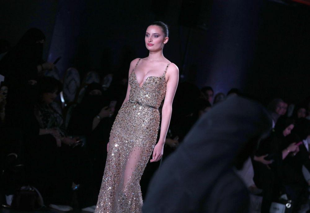 عارضة أزياء تقدّم فستانا من تصميم اللبناني دميتري صيداوي خلال عرض الأسبوع في الكويت، 9 مايو/ آيار 2017
