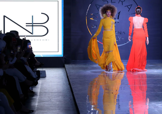 عارضة أزياء تقدّم زياً من تصميم الكويتي نادي بوشهري خلال عرض الأسبوع في الكويت، 7 مايو/ آيار 2017