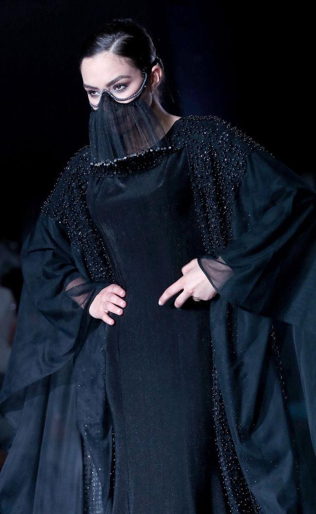 عارضة أزياء تقدّم زياً من تصميم الكويتية رشا الوزان خلال عرض الأسبوع في الكويت، 8 مايو/ آيار 2017