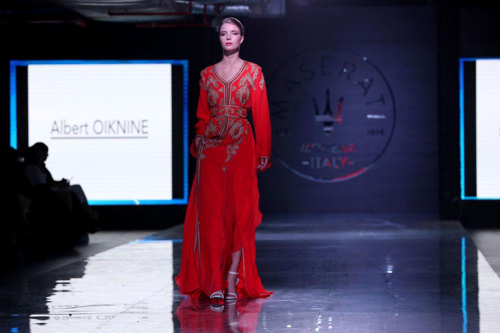 عارضة أزياء تقدّم زياً من تصميم المغربي ألبرت واكنين خلال عرض أسبوع الموضة في الكويت، 7 مايو/ آيار 2017