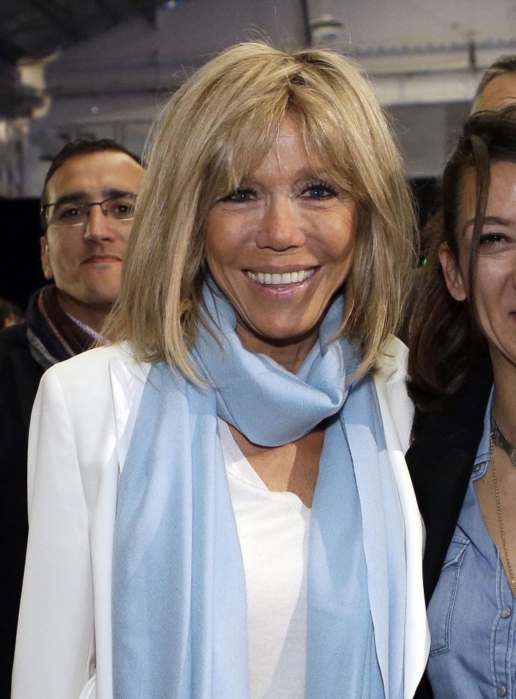 المرشح الفرنسي للانتخابات الرئاسية (حينئذ) إيمانويل ماكرون وزوجته بريدجيت خلال حملته الانتخابية في مارسيليا ، 1 أبريل/ نيسان 2017