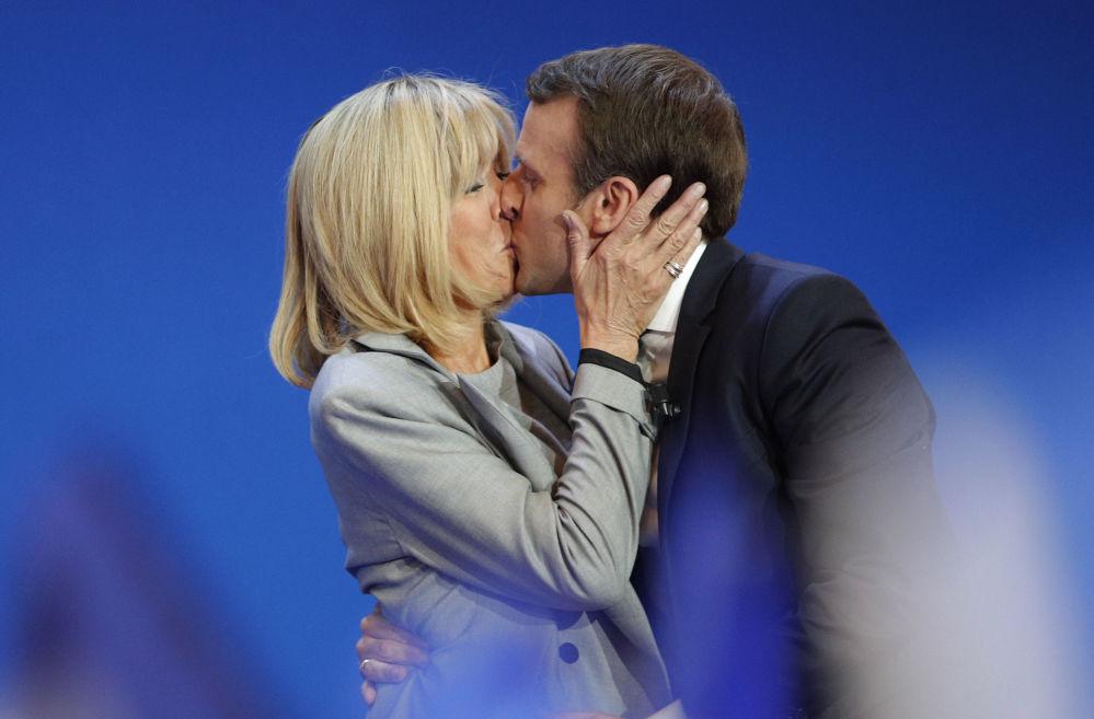 المرشح الفرنسي إيمانويل ماكرون وزوجته بريدجيت خلال حملته الانتخابية في باريس، 23 أبريل/ نيسان 2017