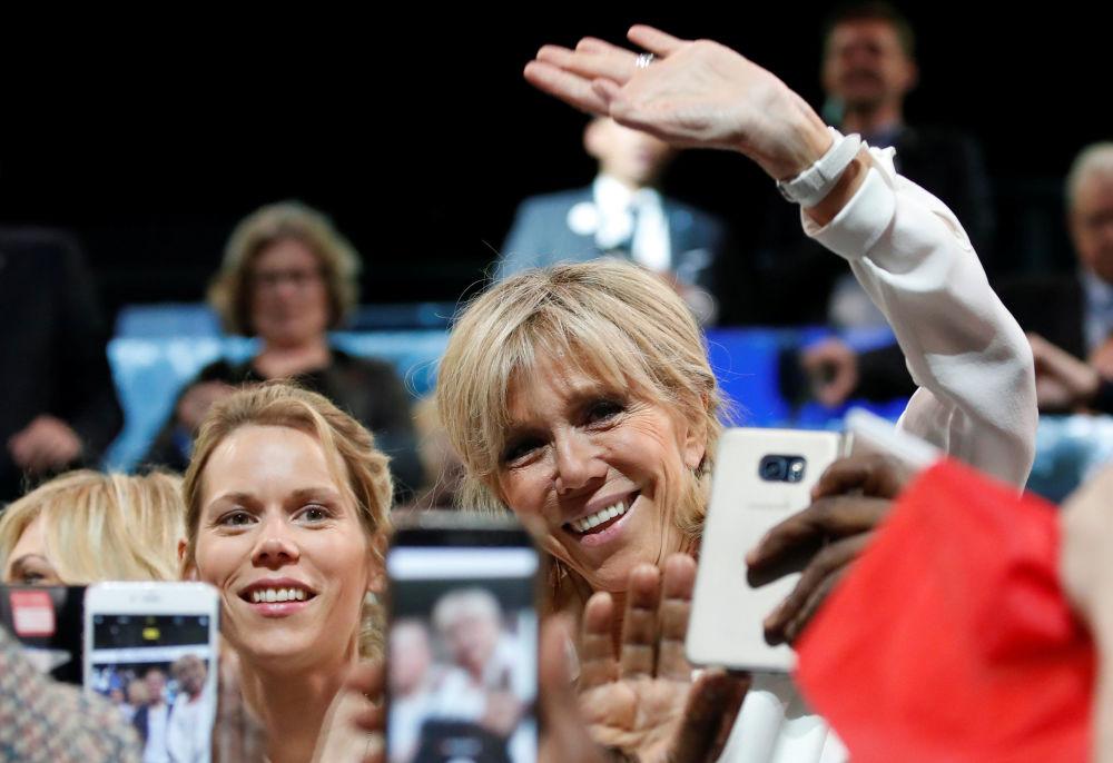 بريدجيت ترونيه، زوجة الرئيس الفرنسي إيمانويل ماكرون، وابنتها تيفاني أثناء حضورهما لحملة سياسية لحركة إلى الأمام في باريس 17 أبريل/ نيسان 2017