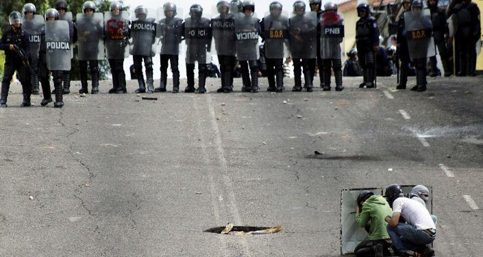قوات الأمن الخاصة خلال الاشتباكات مع المتظاهرين في سان كريستوبال، فنزويلا 10 مايو/ آيار 2017