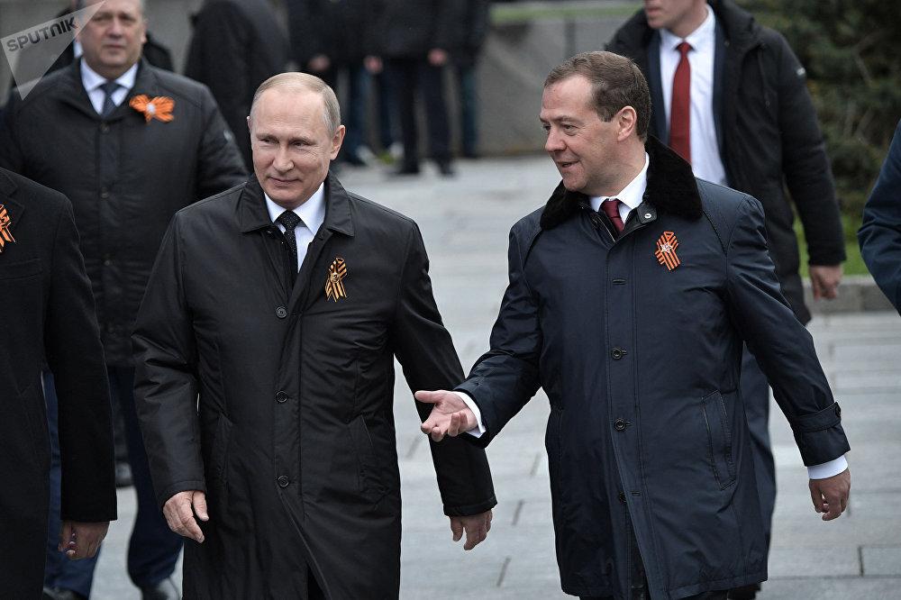 الرئيس الروسي فلاديمير بوتين ورئيس الحكومة دميتري ميدفيديف