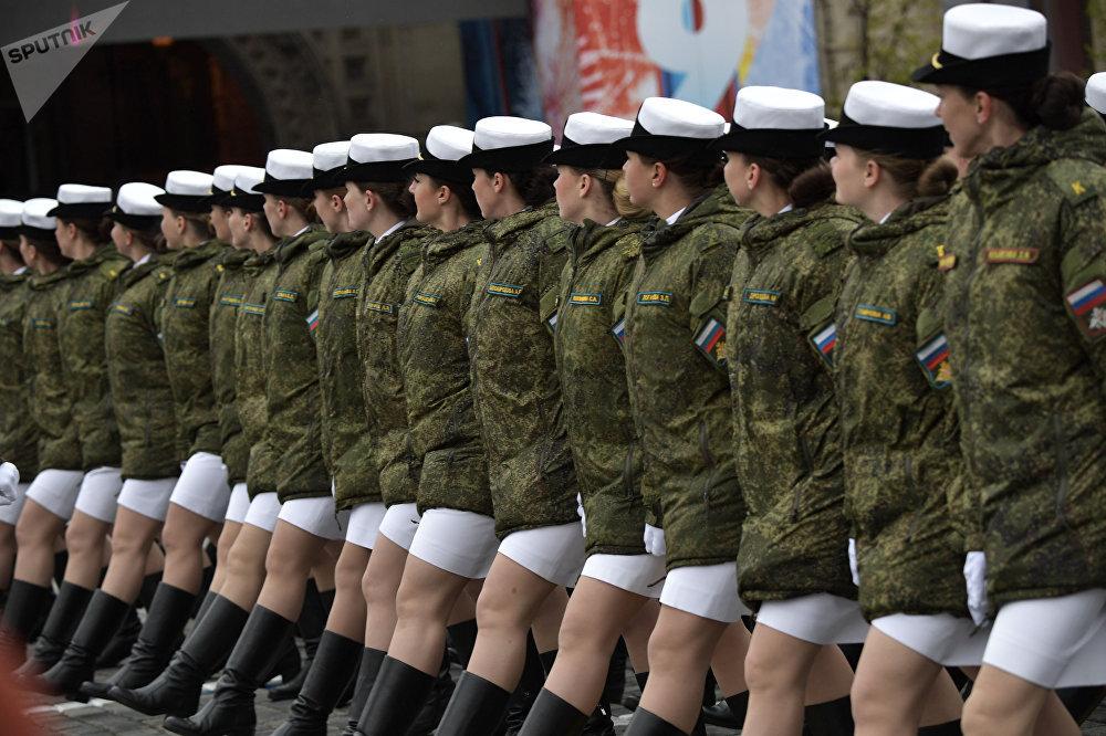النساء العسكريات في العرض العسكري في الساحة الحمراء في موسكو بمناسبة الذكرى الـ72 للحرب على النازية