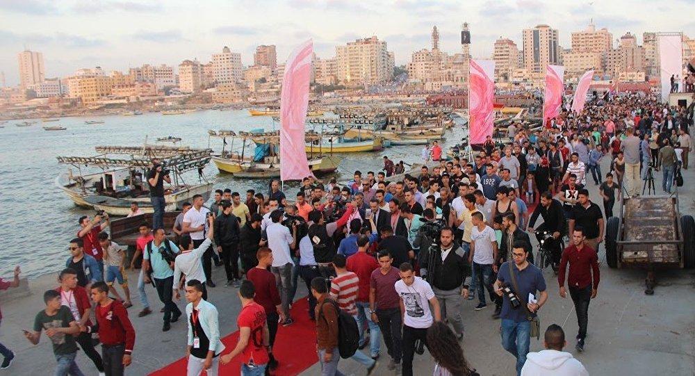 الفلسطينيون يمشون على السجادة الحمراء في ميناء غزة