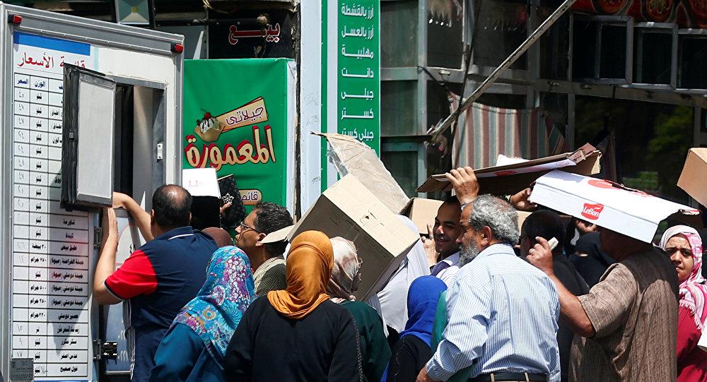مواطنون عند إحدى منافذ بيع السلع في مصر
