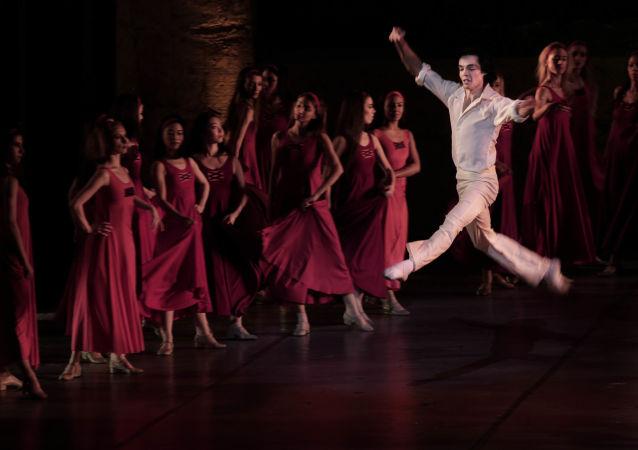 رقص الباليه في مصر - راقص باليه المصري أحمد نبيل على مسرح دار الأوبرا بالقاهرة