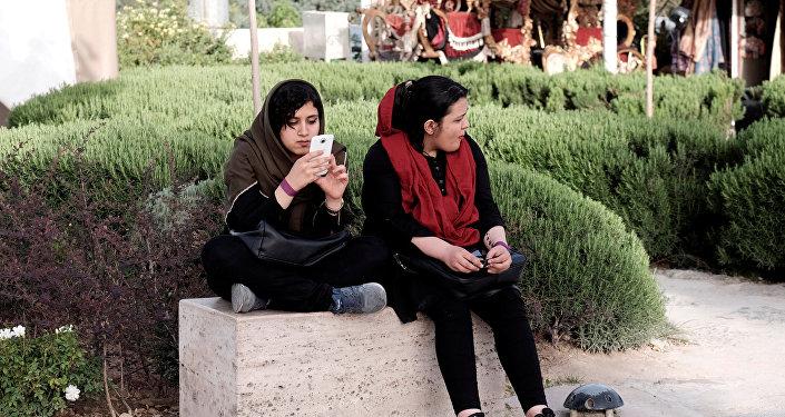 إيرانية تستخدم الهاتف الجوال