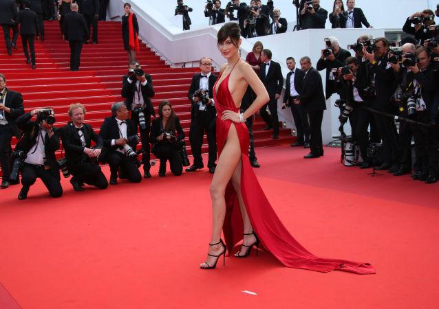 عارضة الأزياء بيلا حديد في مهرجان كان السينمائي