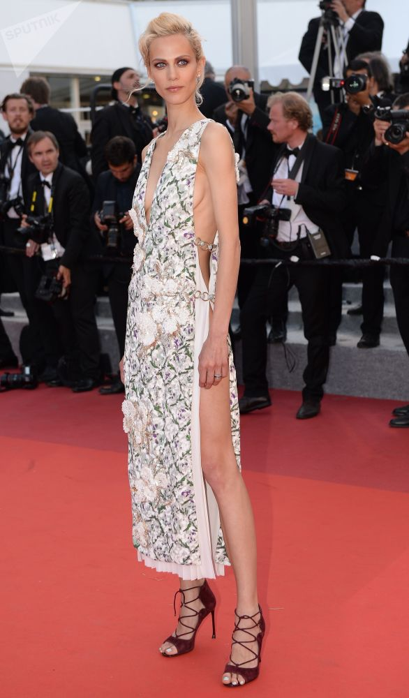 عارضة الأزياء والممثلة إيميلين فالادي في مهرجان كان السينمائي