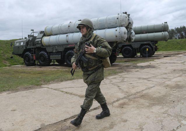فوج منظومات إس – 400 يجري تدريبات على إطلاق الصواريخ
