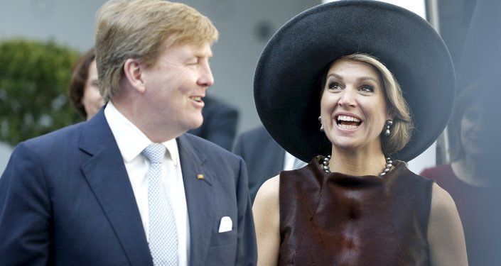 Dutch King Willem-Alexander and Queen Maxima (R) smile as they arrive at the 'Draeger' medical facility as part of their visit in the northern German city of Luebeck, March 19, 2015.