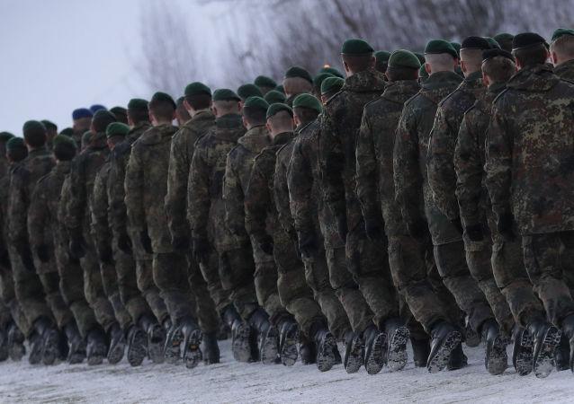 عسكريون من ألمانيا يسيرون إلى ليتوانيا