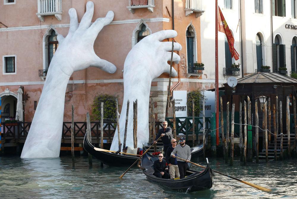 عمل فني للفنان الإيطالي لورينتسو كيننا سابورت (دعم) على مبنى كا ساغريدو، وذلك خلال معرض البندقية الفني الدولي الـ 57 في البندقية، إيطاليا 13 مايو/ آيار 2017