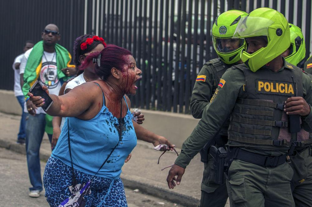 امرأة تصرخ في وجه الشرطة الكولومبية خلال  اضراب مدني في كيبدو، كولومبيا 16 مايو/ آيار 2017