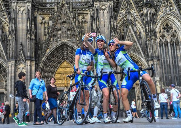 المتسابقات في سباق الدراجات الهوائية يلتقطون صورة سيلفي في شتوتغارت بجنوب ألمانيا