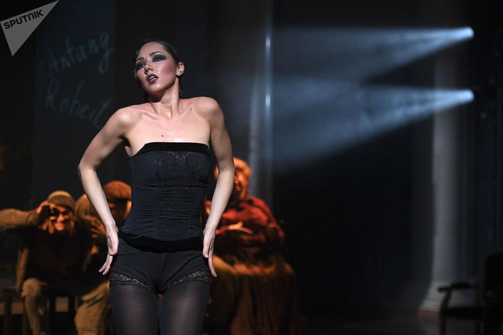 الممثلة كسينيا ليسانسكايا تؤدي دور آنا الثانية في مسرحية 7 ذنوب مميتة على خشبة مسرح غيلكون-أوبرا في موسكو