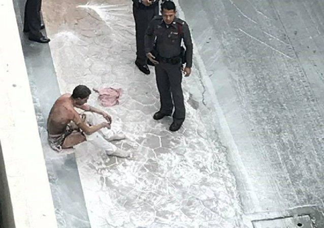 رجل يحرق نفسه في بانكوك