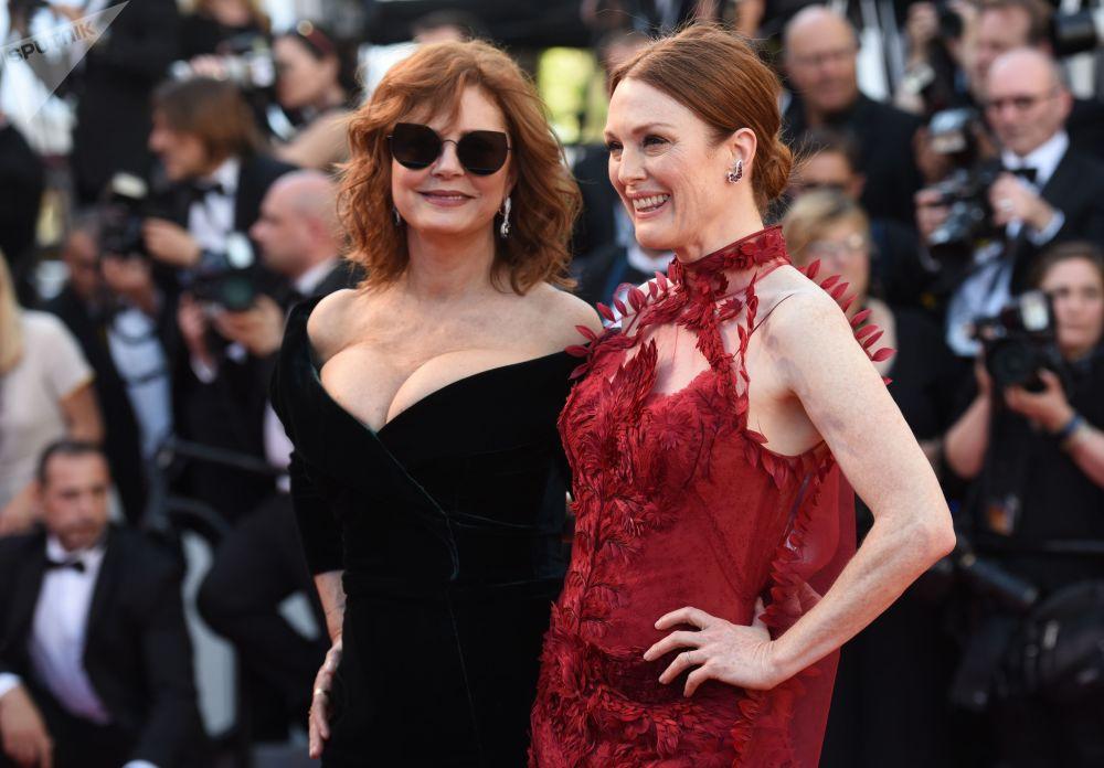 الممثلتان سيوزان سراندون وجوليانا مور خلال مراسم افتتاح الحفل الـ 70 لمهرجان كان السينمائي، فرنسا 17 مايو/ آيار 2017