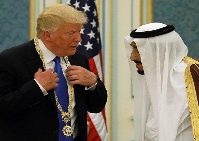 سلمان يقلد ترامب وسام الملك عبد العزيز