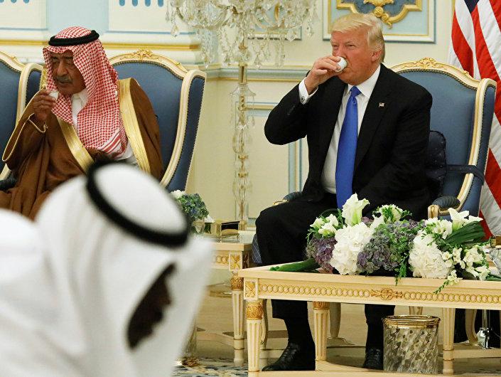 ترامب يحتسي القهوة العربية في السعودية