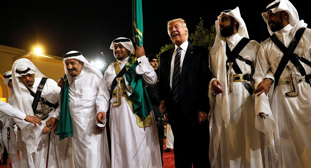 الرئيس الأمريكي يرقص الرقصة التقليدية مع الملك السعودي سلمان بن عبد العزيز