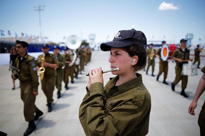 مجندة إسرائيلية تعزف الفلوت