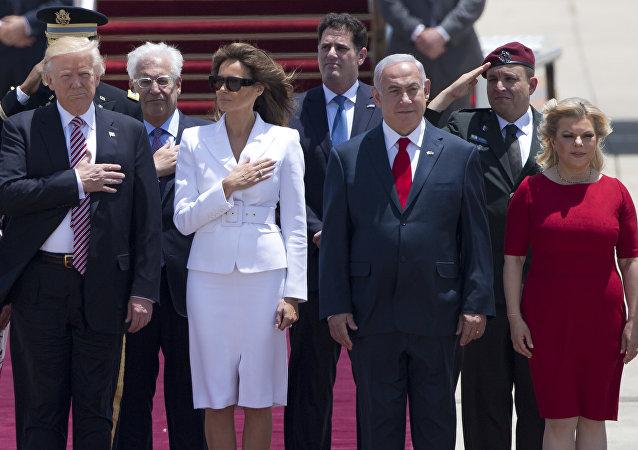 الرئيس الأمريكي دونالد ترامب وزوجته ميلانيا ترامب، ورئيس الوزراء الإسرائيلي بنيامين نتنياهو وزوجته سارة نتنياهو في مطار بن غوريون، 22 مايو/ آيار 2017