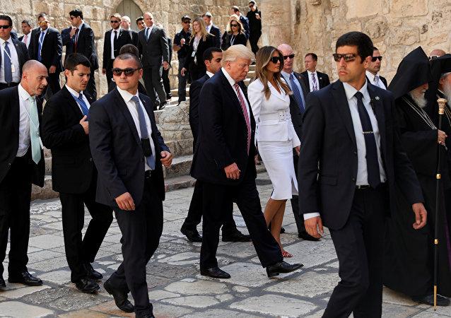 ترامب وزوجته في كنيسة يوم القيامة